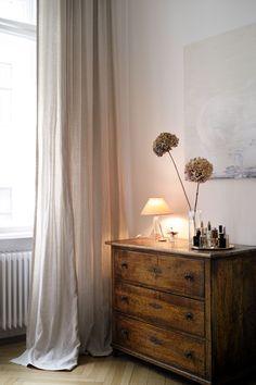 «Ein Hauch von nichts», könnte man sagen. Oder: «ein kultiviertes Fenster!» Dresser As Nightstand, Curtains, Table, Fabrics, Furniture, Home Decor, Canvas Fabric, Nice Asses, Windows