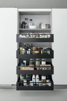 This Arclinea Coplanar pantry unit with 2 coplanar doors and pull out shelves will help you stay organized in the kitchen. Available in 180-240 cm widths and also in an 8-shelf version, it is sure to meet all of your storage needs. Discover more about how to organize your kitchen on:
