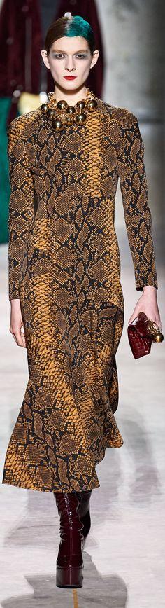 Women's Runway Fashion, Fashion 2020, Couture Fashion, Love Fashion, Fashion Brands, High Fashion, Womens Fashion, Fashion Designers, Holiday Fashion