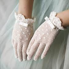 Polka dot bridal gloves for Ava Vintage Outfits, Vintage Clothing, Vintage Fashion, Première Communion, Communion Dresses, Lace Gloves, Crochet Gloves, Dress Gloves, White Gloves