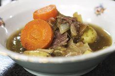 Jeroen zet een pot winterse gezelligheid op tafel met een bijzonder bugdetvriendelijk stuk rundvlees. De bavette van het rund is misschien minder bekend, maar dat stuk vlees is ideaal voor zijn stoofschotel met bier en groentjes. Hou er wel rekening mee dat we hier aan slow cooking doen en dat de stoofpot zo'n 3 uur moet garen in de oven. Pot Roast, Crockpot, Slow Cooker, Curry, Cooking, Ethnic Recipes, Food, Seeds, Beer