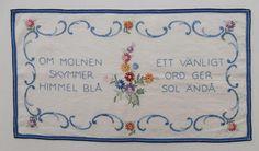 Broderad bonad med blommor blå kant och text / visdomsord på Tradera.com