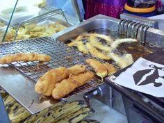 Pisang goreng wordt gebakken op een pasar