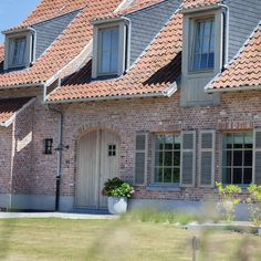Mooie steen en pannen en ook leuke combi met hout Houten ramen en deuren | Pouleyn Dormer Windows, Types Of Houses, Construction, Architecture, Modern Farmhouse, Entrance, Garage Doors, New Homes, Exterior