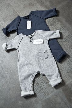 Album di Famiglia Store Onesie slightly plush, soft and supple 100% cotton standing finishes vista.Taschine applied to outer seams front and back. legs slightly longer to carry rolled up. € 68.00