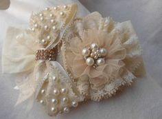 Faixa de meia de seda, com flor e laço de renda, bordado de pérolas e strass.  Pode ser feito em tiara (consulte)