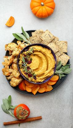 It is everything pumpkin time! This pumpkin hummus is savory and creamy with hints of cinnamon, cumin and garlic in a tahini chickpea pumpkin puree base. This time of year I can not seem to get eno… Gluten Free Pumpkin, Healthy Pumpkin, Pumpkin Recipes, Pumpkin Hummus, Pumpkin Puree, Pumpkin Bread, Thanksgiving Traditions, Thanksgiving Recipes, Healthy Appetizers