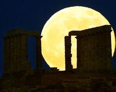 'Superluna' sobre el templo de Poseidón. Aquí tienes la galería de fotos completa de la superluna: http://www.muyinteresante.es/naturaleza/fotos/superluna-del-23-de-junio-de-2013/superluna-2013-7 #supermoon #superluna
