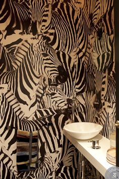 We bet Henley would love this wallpaper! [Hemma hos Lotta & David | Lovely Life] || Henley on Safari by Julie Muszynski, published by Glitterati Incorporated: amzn.to/13qVKtN