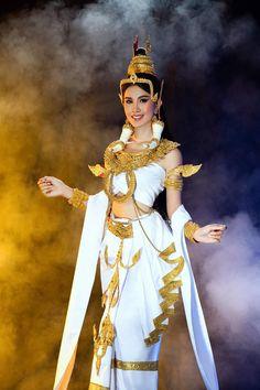 Cambodian Wedding Dress, Khmer Wedding, Traditional Thai Clothing, Traditional Outfits, Cambodian Art, Thai Thai, Khmer Empire, Sexy Gown, Traditional Wedding Dresses