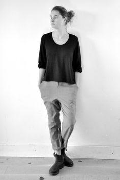 blouse ouverte en maille noire - LE VESTIAIRE DE JEANNE (NEW), pantalon droit en lainage gris clair - LE VESTIAIRE DE JEANNE
