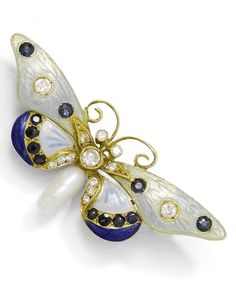 ENAMEL, SAPPHIRE AND DIAMOND BROOCH, ca. 1920. Yellow gold 750. Attractive brooch designed as a butterfly, the wings enamelled in shades of blue and decorated with 2 diamonds and 12 sapphires. The body set throughout with 11 diamonds and the lower part with 1 rice-shaped freshwater cultured pearl.