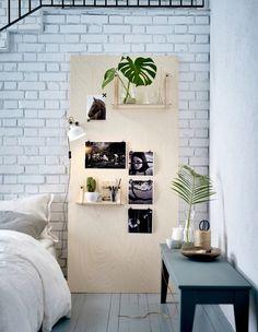 Eine Inspirationstafel aus Sperrholz an eine Wand gelehnt, daran befestigt RANARP Wand-/Klemmspot in Elfenbeinweiß