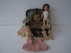 panenka s porcelánovou  hlavou  a s kufírkem