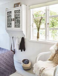 I Monicas kolonihave er det heldigvis forbudt at ordne have! Colonial Garden, Compact Living, Entryway Bench, Shag Rug, Cottage, Bedroom, Inspiration, Furniture, Home Decor
