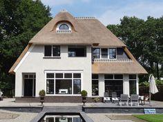 Statige witte klassieke rietgedekte villa te Veenendaal - 01 Architecten - Ontworpen door Dennis Kemper tijdens de periode dat hij bij EVE-architecten werkte. Bouw is begeleid door Cortus Bouwregisseurs