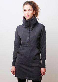 Dieses Kleid ist vielseitig einsetzbar. Es hat einen schönen Kragen, den Du durch die Knopfleiste varieren kannst. Durch die Kordel am Saum kannst Du die Weite variieren. Desweiteren versteckt sich...