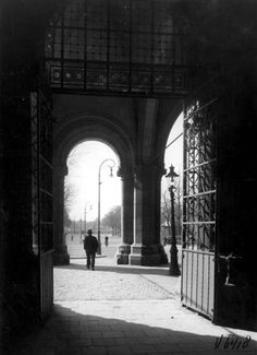 Poort onder het Rijksmuseum naar het Museumplein. Amsterdam, jaartal onbekend.