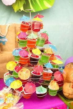 Completa la decoración de tu fiesta hawaiana con esta idea. Utiliza comida y fruta para crear una mesa de colores exóticos. #party #hawaiana