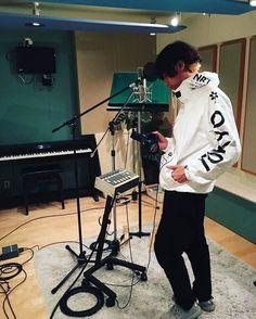 [Alexandros]川上洋平2016/9/1 歌入れ&ミックス。お馴染みのあの曲が遂に完成しようとしています。お楽しみに。そして今ぐらいの季節にぴったりのウインドランナーを購入。これめっちゃかわいい。オススメです。明日はMステです。週末はトレジャーとベリテン。ラストスパート。洋平