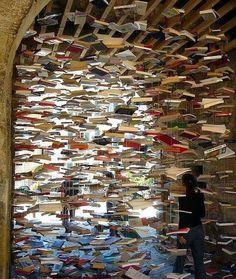 Eine ungewöhnliche Installation - und eine schöne Idee für einen Raumtrenner aus Büchern ...