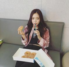 accuracy bc doughnuts are life but kpop idols got their daily workout routines and i got a daily step goal that i -just- meet Son Na Eun, Apink Naeun, Pretty Korean Girls, Bts And Exo, Cute Japanese, Japanese Outfits, Ulzzang Girl, Korean Girl Groups, Girl Crushes