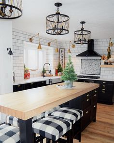 Nice small glam kitchen table made easy island ideas small 8 Small Kitchen Table Ideas for Your Home - Dandj Home Classic Kitchen, Farmhouse Style Kitchen, Rustic Kitchen, New Kitchen, Kitchen Decor, Kitchen Counters, Kitchen Ideas, Soapstone Kitchen, Farmhouse Cabinets