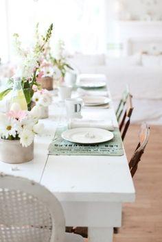 Tafel dekken met mooie bloemen als accenten   Tafeldek-tips: http://www.jouwwoonidee.nl/feestelijke-tafel-dekken-met-eigen-accessoires/