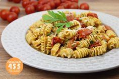 Calorías: 455. Tiempo de preparación: 20 minutos. Ingredientes (2 personas): 300 g. de tomates cherry, 160 g. de pasta integral, 250 ml. de caldo de verdura, 20 g. de anchoas, 20 g. de pasta de pimiento choricero, 20 g. de queso mascarpone, 10 g. de queso de oveja curado, 3 dientes de ajo, 1 c/s de aceite de oliva, perejil y sal. Pasta Integral, Queso, Ethnic Recipes, Vegetable Stock, Parsley, Garlic, Oil, Cherry Tomato Sauce, Sheep