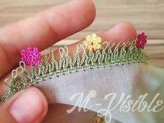 Özellikle çiçekli tülbentlerinizde çok güzel duracak bir oya modelidir. Şiş yarımı ile yapılmaktadır. Şişle elde edilen ilmeklerin üzerine belli aralıklarla minik renkli çiçek motifleri Crochet Doilies, Crochet Lace, Knit Shoes, Baby Jewelry, Knitted Shawls, Baby Knitting Patterns, Small Flowers, Diy Earrings, Knitting Socks