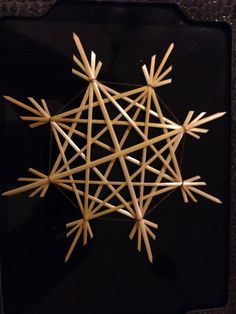 Strohsterne 3 Old World Christmas Ornaments, Christmas Baskets, Christmas Crafts, Christmas Decorations, Straw Weaving, Paper Weaving, Basket Weaving, Recycled Parol, Straw Crafts