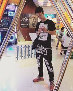 On instagram by 19novembers #arcade #microhobbit (o) http://ift.tt/1ZPw6N0 มาเตนตอ Ready for danz base   #danzbase #dance #dancing #game  #selfie #black #exercise #joyful #instagay #me