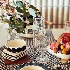 Mit der Oiva Räsymatto Schale und dem Oiva Räsymatto Teller in Schwarz-Weiß lassen sich allerlei Dinge ansprechend präsentieren. Von Suppen und Salat über Kartoffeln bis hin zu Desserts.