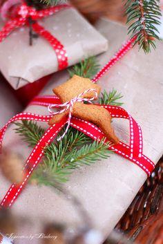 Christmas gift wrapping idea - een koekje op de cadeaus voor tijdens het uitpakken!