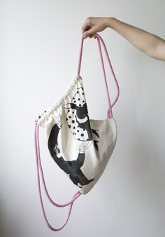 Plecak wykonany z grubej bawełny wysokiej jakości. Autorska ilustracja została wykonana metodą sitodruku.  - 100% bawełna 280g - gruby, różowo-biały, bawełniany sznurek - szerokość: 38cm -...