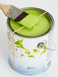 #DIY #tinta - um elástico amarrado no meio da lata de tinta evita sujar a borda e o desperdício de tinta... simples e super prático!