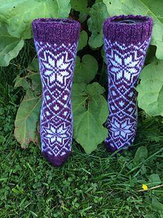 Du kan bruke for eksempel 7 Brøder, Viking Sportsragg, Sandnes Perfect eller annet tykt sokkegarn til dette mønsteret. Bruker du tynnere garn og pinner, får du en mindre størrelse.