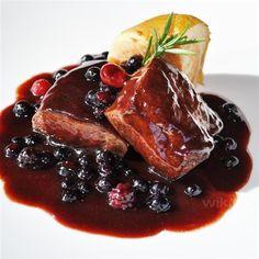 Sirloin steak sauce / Sirloin in purple fruit sauce. Pork Recipes, Gourmet Recipes, Healthy Recipes, Tapas, My Favorite Food, Favorite Recipes, Food Presentation, Food Dishes, Love Food