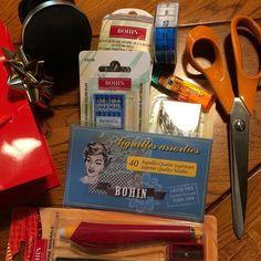 [Rubrique remerciements]  Merci @la_manufacture_bohin les kits de couture pour le 50è Fiskars sont arrivés. Les participants vont être pourris gâtés. #bohin #ourscissors #50ansçasefête #fiskarsfrance (et un grand merci pour le SAV de mon bracelet pique-épingle sans lui je me sentais toute nue! )  [Thank you note] Thanks Bohin! The sewing kits for Fiskars 50th have arrived. The participants are going to be spoiled! (And thank you for the excellent customer service on my wrist pin cushion I…
