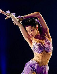 Shizuka Arakawa Shizuka Arakawa, Figure Skating Costumes, Ice Skaters, Davos, Ice Dance, Skating Dresses, Roller Skating, Olympians, Purple Dress