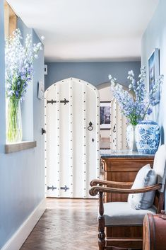 Romantic Cottage, Shabby Chic Cottage, Cottages Anglais, Blue Hallway, English Cottage Interiors, Victoria Magazine, Victoria Fashion, English Country Style, Historic Properties