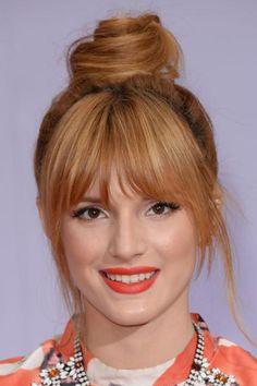 coiffure avec frange et chignon, cheveux roux