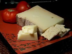 La Valle d'Aosta è anche patria di famose prelibatezze alimentari come la Fontina, formaggio a denominazione di origine protetta DOP prodotto con latte da alpeggio valdostano. B&B in regione Valle d'Aosta qui http://bedandbreakfast.place/it/bb-valle-d-aosta