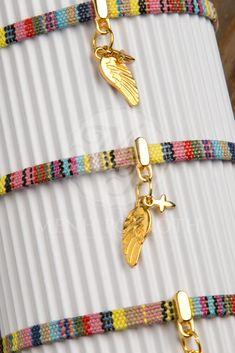 Μαρτυρικά βάπτισης βραχιόλι από πολύχρωμο πλακέ κορδόνι με χρυσαφί φτερό και σταυρουδάκι