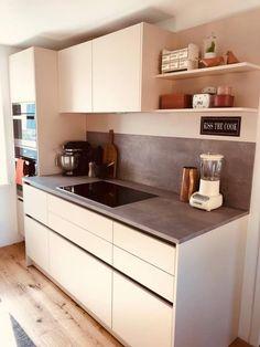 EINFAMILIENHAUS Modell: Vida 01 Farbe: Sand. Platte: Beton. Geräte: Miele. Kitchen Island, Kitchen Cabinets, Home Decor, Detached House, Model, Island Kitchen, Interior Design, Home Interior Design, Dressers