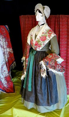 Jeweled Shoes, Traditional Outfits, Provence, Textiles, Fancy, Clothes, Dresses, Fashion, Wine