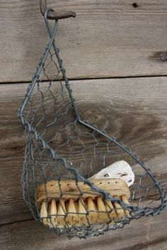 cute soap/brush basket for the bathroom Chicken Wire Art, Lava, Wire Storage, Vintage Interiors, Wire Hangers, Wire Baskets, Wire Crafts, Easy Gifts, Wire Work