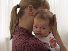 Für fast alle Babys das Schönste: Herumgetragen zu werden. Ihr bekommt davon lahme Arme? Schaut in unserem Video eine Reihe von Haltepositionen, die für Eure Armmuskulatur und fürs Baby Abwechslung bedeuten.