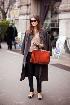 Flat shoes outfit, dont like the bag.