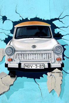 Mit dem #Trabi ab durch die Mauer - die Streetart-Kunstwerke der #EastSideGallery erzählen ein Stück #Berliner Geschichte!